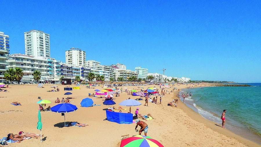 Quarteira, no concelho de Loulé, foi ontem uma das praias preferidas no Algarve para mergulhar no Atlântico