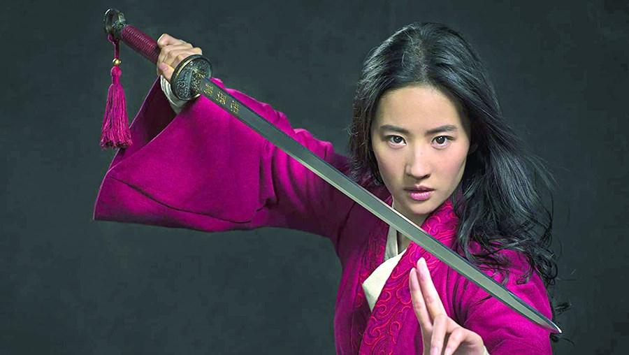 Depois da animação de 1998, os estúdios Disney retomam, em imagem real, o conto oriental de ação 'Mulan'. A atriz chinesa Yifei Liu veste a pele desta heroína que se faz passar por um homem guerreiro para salvar o pai.