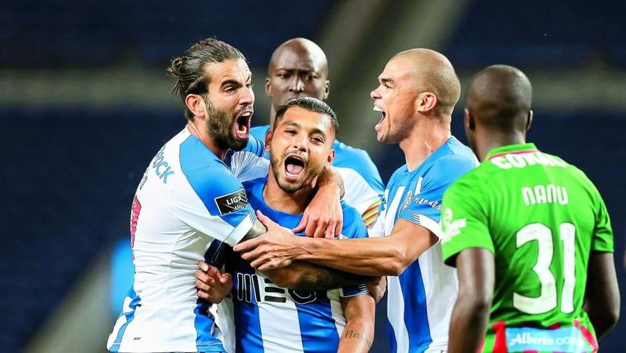 Corona (ao centro, felicitado por Sérgio Oliveira e por Pepe) é um dos jogadores do FC Porto que mais suscitam a cobiça do mercado
