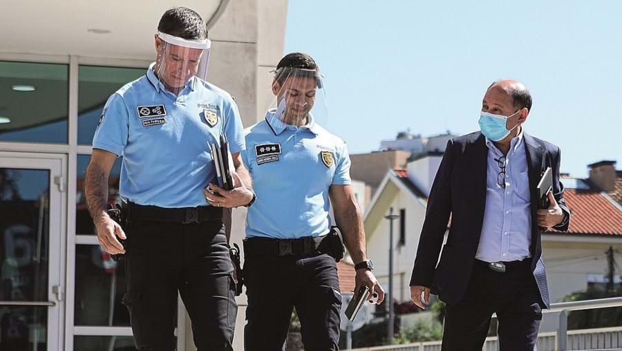 Elementos da PSP do Porto e Luís Gonçalves, que representou a SAD dos dragões, à saída da reunião de ontem na Liga