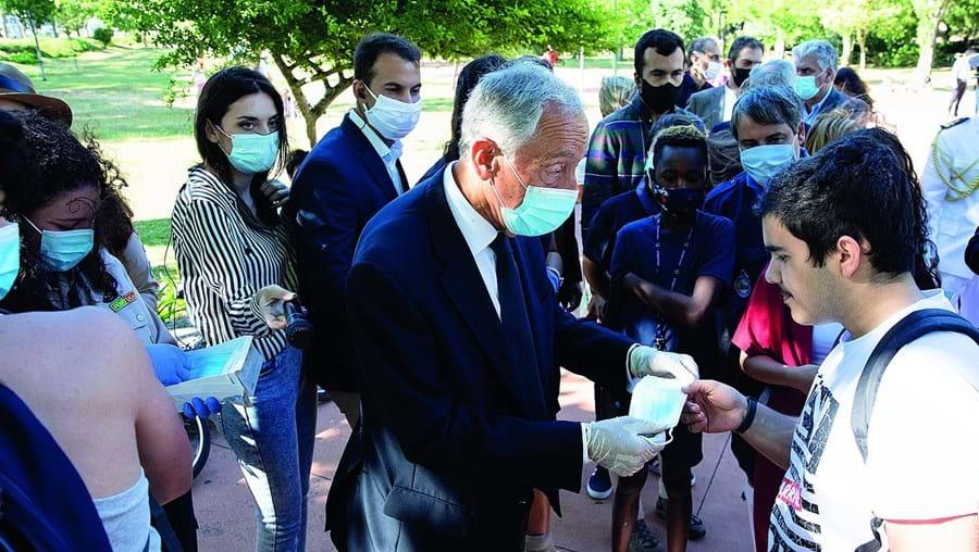Marcelo foi a Queluz e usou luvas e máscara