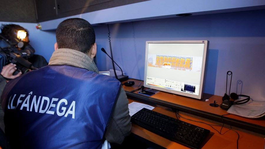 Alfândega denunciou suspeitas sobre os próprios inspetores, há um ano. Investigação da PSP culminou agora nas detenções