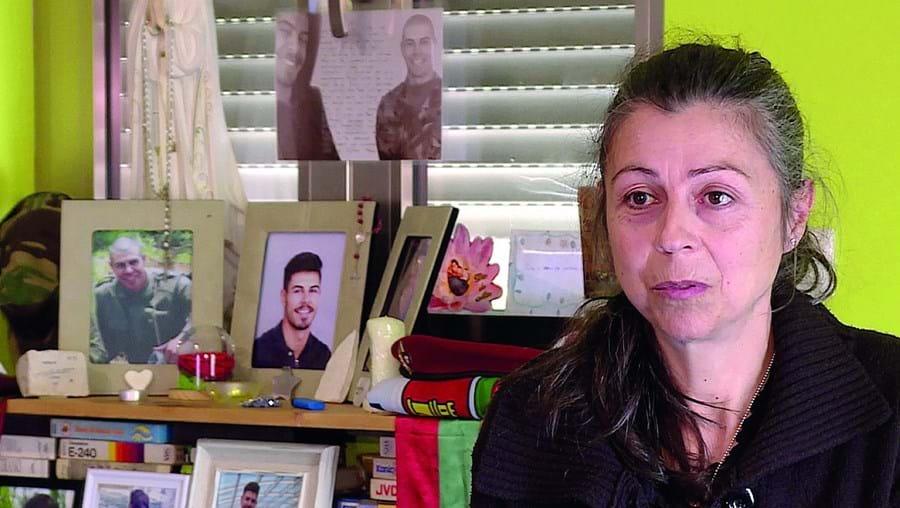 Lucinda Araújo tem em casa um altar em memória do filho. Dylan morreu aos 20 anos no curso de comandos