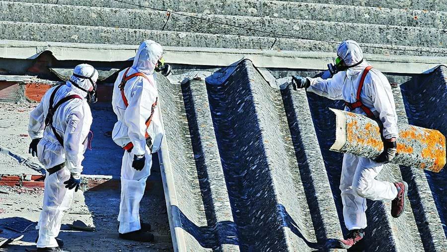 Governo garante que já removeu coberturas com amianto de 200 escolas