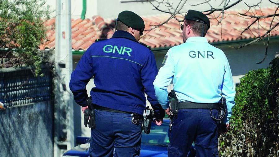 Militares da GNR estavam em patrulha quando detetaram dois homens numa zona usada com frequência para tráfico