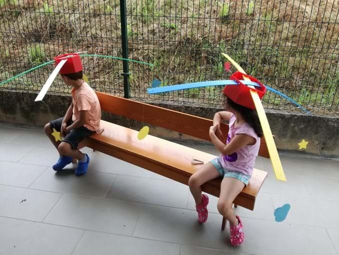 Hélices na cabeça ensinam crianças a manter distanciamento social devido ao coronavírus