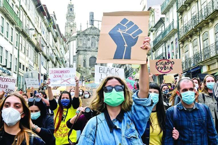 Manifestantes usam máscaras em protestos no Porto