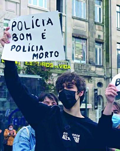 """Manifestante mostra cartaz com o dizer """"polícia bom é polícia morto"""""""