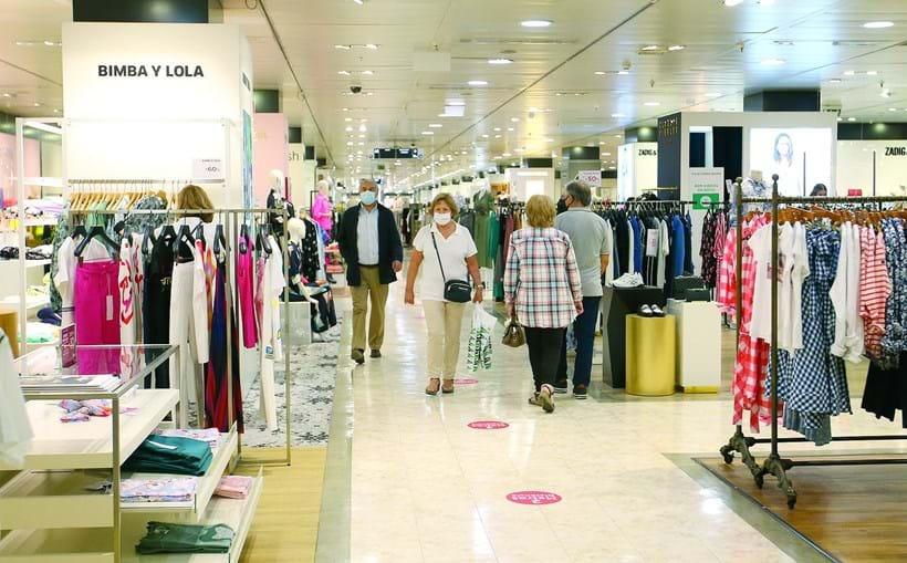 El Corte Inglés tem procedimentos rigorosos quanto à desinfeção da roupa  experimentada pelos clientes