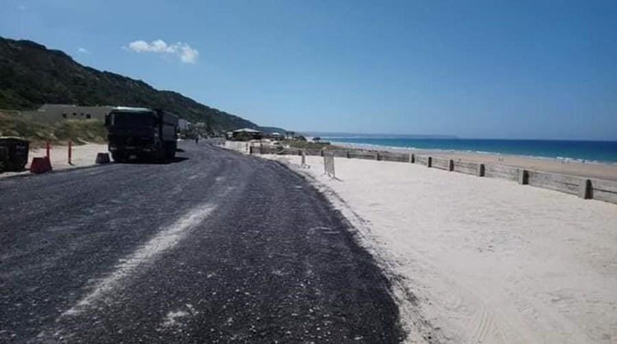 Câmara de Almada colocou 'betuminoso semipermeável' na praia da Fonte da Telha