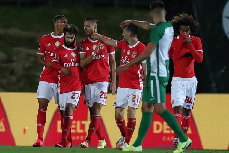 Weigl , que se estreou a marcar pelo Benfica, é felicitado pelos  companheiros