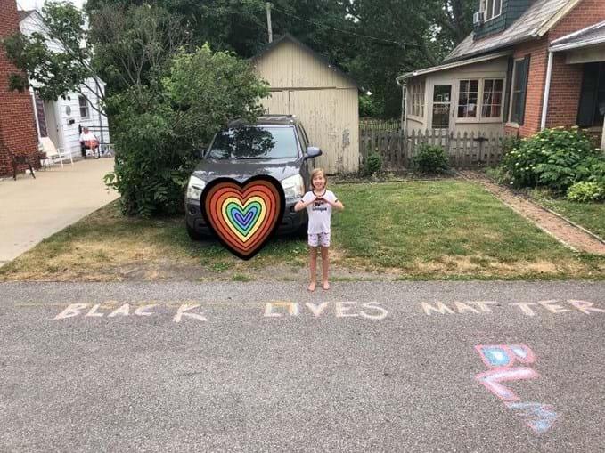Menina de nove anos escreve 'Black Lives Matter' à porta de casa e vizinha chama a polícia