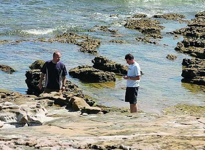 Pai de Maddie e amigo procuraram junto ao mar