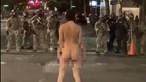 Mulher nua enfrenta polícia americana em protestos de Portland