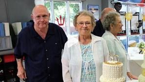 Casados há 53 anos morrem com coronavírus de mãos dadas