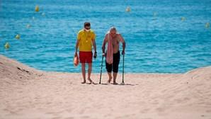 Combater o coronavírus na praia: conheça o areal exclusivo para maiores de 65 anos