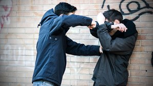 Gang ataca jovem de bairro rival com faca e pedra em Sintra. Vítima passou a viver escondida