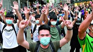 Complexo desportivo da polícia em Hong Kong alvo de ataque com bombas incendiárias