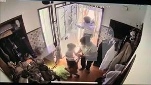 Homem sequestra três crianças durante assalto em Aveiro. Veja as imagens de videovigilância