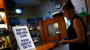 Inglaterra reabre 'pubs' e restaurantes em desconfinamento controverso