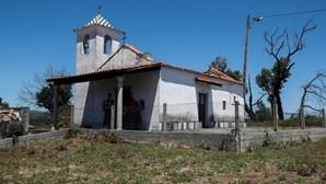 Aldeia de Pedrógão Grande espera há três anos para ver a capela reconstruída. Veja as imagens
