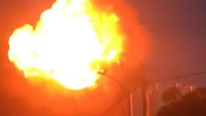Dominado violento incêndio que deflagrou em fábrica de Alcochete