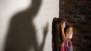 Avô e padrasto violam menina com pai preso por roubos