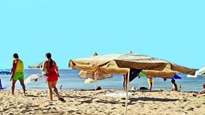 Chapéus a marcar lugar nas praias do Algarve removidos