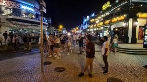 Consumo de álcool na rua e centenas de pessoas em aglomerados na noite de Albufeira