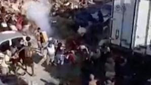Moradores de favela no Rio de Janeiro roubam carne congelada de camião furtado