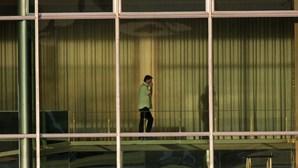 Jair Bolsonaro isolado com Covid-19 governa o Brasil por telefone