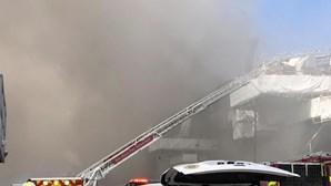 Explosão seguida de incêndio em navio da marinha dos EUA faz 18 feridos