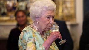Rainha Isabel II vende gin para 'repor' 30 milhões em falta nos cofres devido ao coronavírus