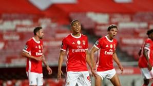 Benfica vence Vitória e adia festa do rival