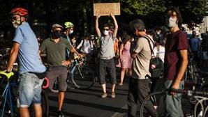 """""""As pessoas são frágeis"""": Centenas juntam-se em vigília em Lisboa para homenagear vítimas de atropelamentos"""