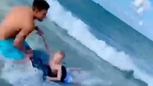 Polícia de folga salva criança de tubarão
