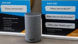 """Alexa da Amazon ainda só """"fala"""" em português do Brasil mas é auxiliada por Portugal"""