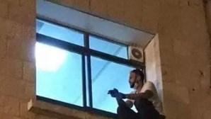 Jovem escala até janela de hospital para se despedir da mãe internada com Covid-19