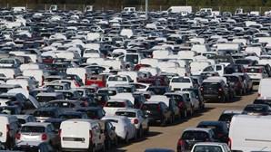 Crise reduz quase a metade a venda de carros novos