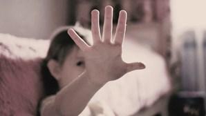 Menina obrigada a conviver com pai agressor durante anos. Conheça a história de horror