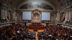 Dois funcionários do parlamento infetados com coronavírus testaram negativo