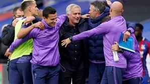 Mourinho leva Tottenham à Europa. Bruno Fernandes marca e United carimba 'Champions'