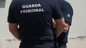 Preso foge algemado do tribunal e é travado a tiro na Baixa do Porto por guardas prisionais