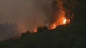 Seis bombeiros e um civil feridos em incêndio de Oleiros. Chamas sem tréguas combatidas por mais de 900 homens