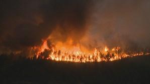 Incêndio na Covilhã aproxima-se de aldeia. Mais de 500 operacionais combatem chamas no terreno