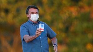 """Bolsonaro diz que é a """"prova viva"""" da eficácia da cloroquina contra o coronavírus"""