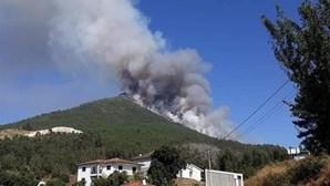 Mais de 200 bombeiros e dois meios aéreos combatem incêndio em Mondim de Basto