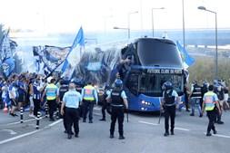 Centenas de adeptos acompanharam o autocarro da equipa no domingo sem respeitar o distanciamento social