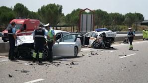Carro-patrulha ficou desfeito após embate por trás