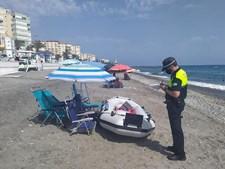 autoridades multam banhistas que deixam pertences a marcar os lugares na praia